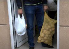 """Članovi Udruženja """"Sadaka"""" u Boru podelili 60 paketa pomoći najsiromašnijim Romskim porodicama"""